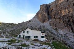 Alpine Hütte Rifugio Carducci und Sexten-Dolomitberge in Süd-Tirol Lizenzfreie Stockfotos