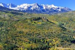 Alpine Landschaft der gelben Espe und des Schnees bedeckte Berge während der Laubjahreszeit Stockbild