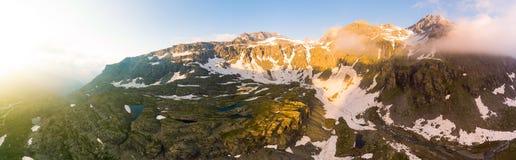 Alpine Landschaft der großen Höhe mit majestätischen felsigen Bergspitzen Luftpanorama bei Sonnenaufgang Konzept der Alpen, Anden Lizenzfreie Stockfotos