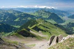 Alpine Landschaft des Sommers. Lizenzfreie Stockfotos
