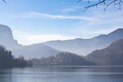 Alpine Landschaft des Winters auf See blutete im julianischen Alpenhintergrund Lizenzfreie Stockfotografie