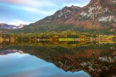 Alpine Landschaft im Herbst am Wolfgangsee See, Sankt Gilgen, Österreich stockfotos
