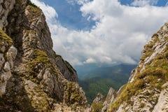 Alpine Landschaft im Sommer, in den Transsilvanische Alpen, mit Wolkenmeer Lizenzfreies Stockbild