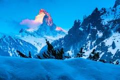 Alpine Landschaft mit goldenem Glühen auf der Matterhorn-Spitze Stockfotografie