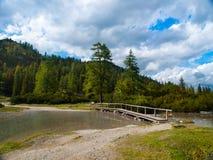 Alpine Landschaft mit See Lizenzfreie Stockfotos
