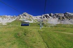 Alpine Landschaft mit Sessellift stockfotos