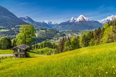Alpine Landschaft mit traditionellem Gebirgschalet im Sommer lizenzfreie stockbilder