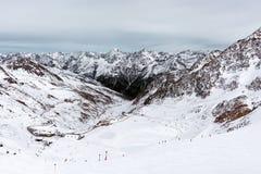 Alpine Schwarzweiss-Landschaft Die Oberteile der Berge mit dem Schnee Lizenzfreies Stockfoto