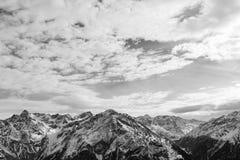 Alpine Schwarzweiss-Landschaft Die Oberteile der Berge mit dem Schnee Lizenzfreies Stockbild