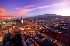 Alpine Stadt im Sonnenuntergang lizenzfreies stockbild