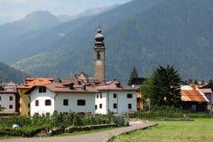 Alpine Stadt in Italien lizenzfreie stockbilder