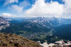 Alpine Stadt mit umgebenden Bergen Stockbilder