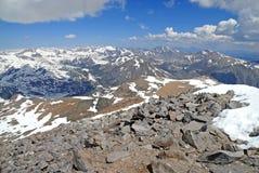 Alpine Szene mit Schnee bedeckte Berge in Yosemite Nationalpark mit einer Kappe Stockfoto
