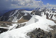 Alpine Szene mit Schnee bedeckte Berge in Yosemite Nationalpark mit einer Kappe stockfotografie