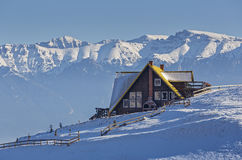 Alpine Winterlandschaft mit rustikalem Chalet lizenzfreies stockbild