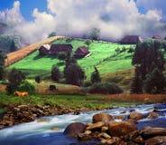 Alpiner Bauernhof umgeben durch den Fluss Stockbild