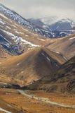 Alpiner Berg des Landstraßendurchlaufs in waitaki Bezirks-Südinsel n Stockfotos