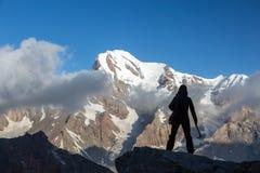 Alpiner Bergsteiger erreichte Gipfel Stockfotos