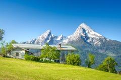 Alpiner Hof mit schneebedecktem Watzmann Lizenzfreies Stockfoto
