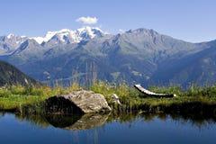 Alpiner See Lizenzfreie Stockfotos