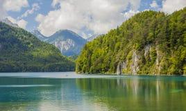 Alpiner See Landschaft von einem schönen See in den Alpen, Bayern, Deutschland lizenzfreie stockbilder