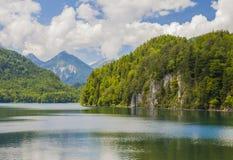 Alpiner See Landschaft von einem schönen See in den Alpen, Bayern, Deutschland stockfotos