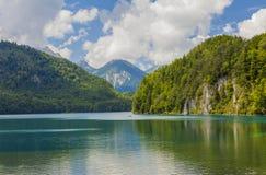 Alpiner See Landschaft von einem schönen See in den Alpen, Bayern, Deutschland stockbilder