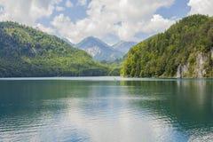 Alpiner See Landschaft von einem schönen See in den Alpen, Bayern, Deutschland lizenzfreies stockfoto