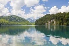 Alpiner See Landschaft von einem schönen See in den Alpen, Bayern, Deutschland lizenzfreie stockfotos