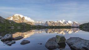Alpiner See mit Mont Blanc im Hintergrund stockbild