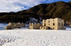 Alpiner See mit Ruinen von alten Häusern versenkte teilweise durch Wasser Stockfoto