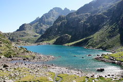Alpiner See nahe italienischer Gebirgshütte (rifugio Genua) Lizenzfreie Stockfotografie