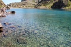 Alpiner See nahe italienischer Gebirgshütte (rifugio Genua) Stockbild