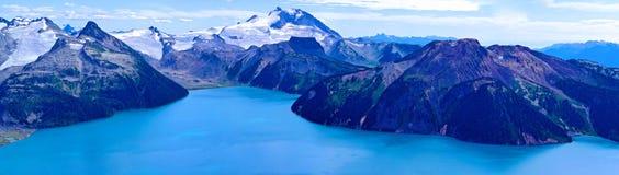 Alpiner See Schnee-mit einer Kappe bedeckte Berge Lizenzfreie Stockbilder
