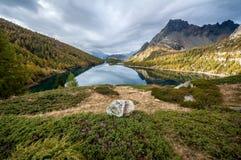 Alpiner See am Sonnenaufgang Lizenzfreie Stockfotografie