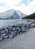Alpiner See und Berg Stockfoto