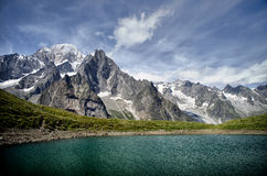 Alpiner See und Gebirgszug Stockfotos