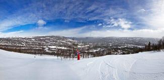 Alpiner Skiweg an einer schneebedeckten Steigung in Norwegen Lizenzfreie Stockfotos