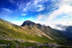 Alpiner und blauer Himmel Lizenzfreies Stockbild