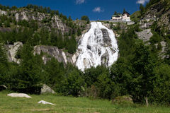 Alpiner Wasserfall stockbilder