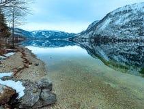 Alpiner Winterseeblick Stockfoto