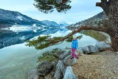 Alpiner Winterseeblick und -mädchen Stockfotografie