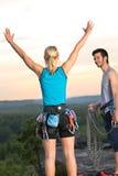 Alpiners allegri di scalata di roccia sul tramonto superiore Fotografia Stock