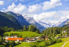 Alpines Dorf unter Innsbruck im grünen Tal unter den Bergen Lizenzfreies Stockfoto