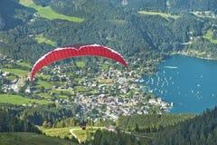 Alpines Gleitschirmfliegen Stockfotos