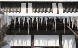 Alpines Haus mit den langen Eiszapfen, die vom Dach hängen Nagano, Japan Lizenzfreie Stockfotografie
