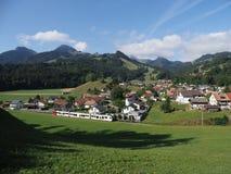 Alpines Panorama mit Häusern und modernem Zug an Europäer Gruyeres-Stadt in der Schweiz im August stockbilder