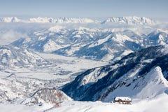 Alpines Panorama mit Herberge Stockfotografie