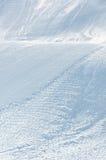 Alpines Ski piste mit Ski- und Snowboardspuren Stockfotografie