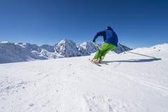 Alpines Skifahren in der großen Höhe Stockfotografie